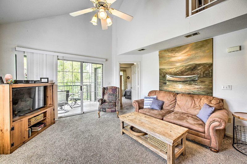 Two-Story Condo on Holiday Hills Golf Course!, vacation rental in Rockaway Beach