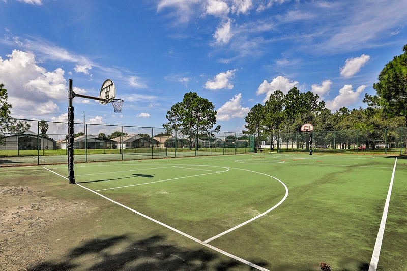 ¿Crees que puedes jugar a la pelota? ¡Dirígete a la cancha de baloncesto de la comunidad!