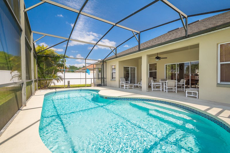 Tranquil Holiday Home-Games Room, Private Pool, WiFi, Disney/Orlando, holiday rental in Kissimmee