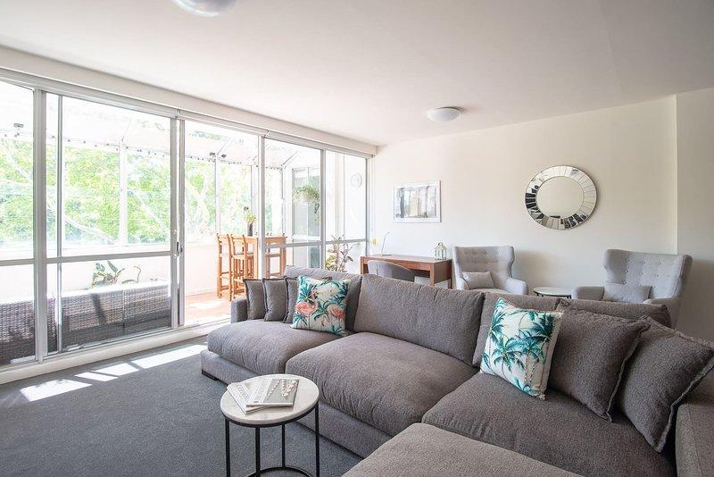 Splendida luce naturale in tutto lo spazioso appartamento che si affaccia sui giardini Carlton