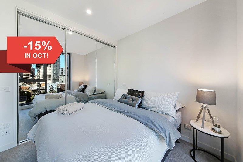 Un dormitorio con una cama queen size & amp; amp; amp; amp; amp; amp; almohadas de felpa