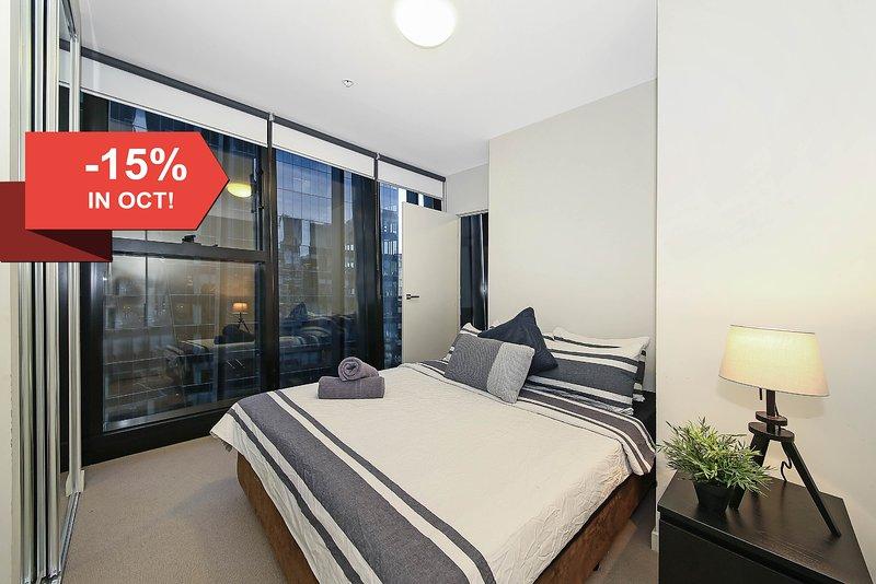 Un dormitorio con una cama queen size & amp; amp; amp; amp; amp; almohadas de felpa.