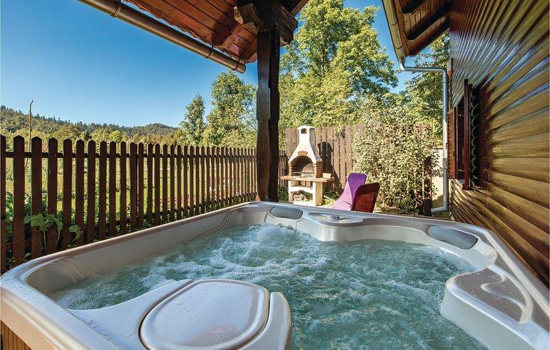 Stunning home in Fuzine with Jacuzzi, WiFi and 3 Bedrooms (CKB285), aluguéis de temporada em Begovo Razdolje