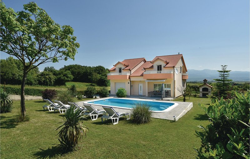 Awesome home in Sinj with WiFi and 5 Bedrooms (CDC161), location de vacances à Sinj