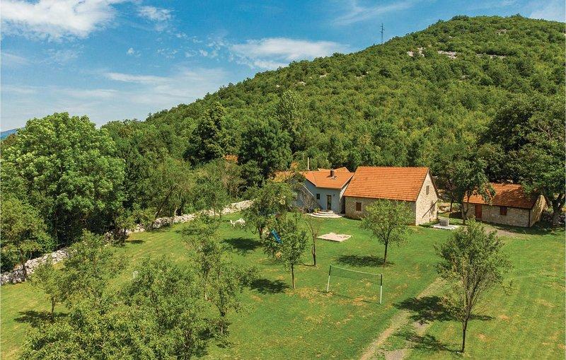 Amazing home in Gracac with Sauna, WiFi and 4 Bedrooms (CCL053), aluguéis de temporada em Gracac