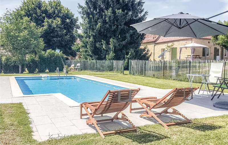 Nice home in Lalinde with WiFi, Outdoor swimming pool and 2 Bedrooms (FAD191), location de vacances à Pressignac-Vicq