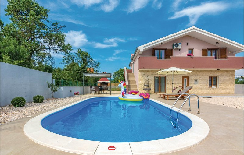 Beautiful home in Paljuv with WiFi and 3 Bedrooms (CDA198), casa vacanza a Novigrad