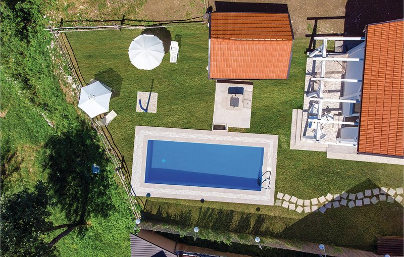 Amazing home in Tomici with WiFi, Outdoor swimming pool and 4 Bedrooms (CKB211), location de vacances à Donji Vuksici