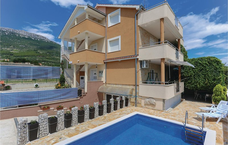 Stunning home in Kastel Stari with WiFi and 3 Bedrooms (CDF969), location de vacances à Kastel Novi