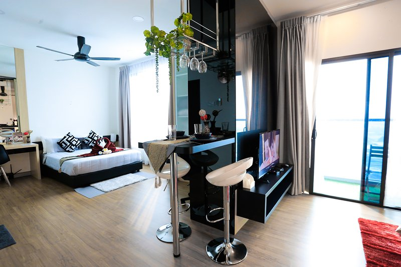 MLH Deluxe Studio Suites (Landmark Residence) with stunning City and Pool View, holiday rental in Sri Kembangan