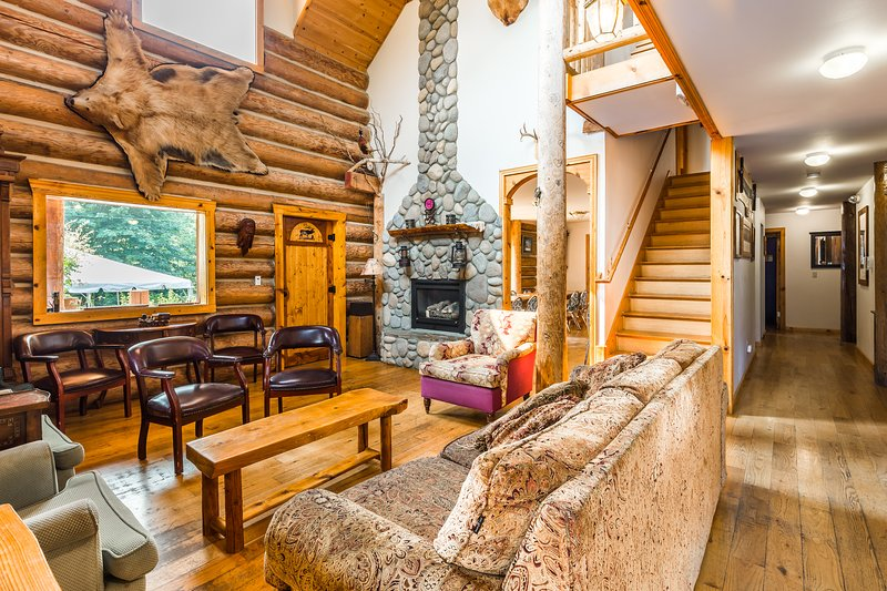 10 bedroom Log Lodge set on 10 view acres- Sleeps up to 30, vacation rental in Gold Bar