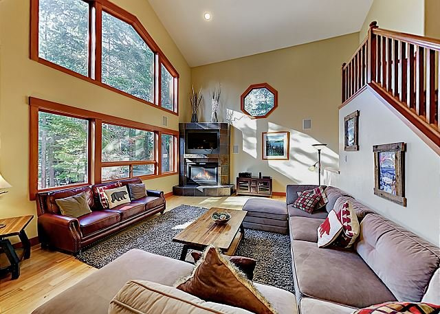 Custom Luxury Chalet: Game Room, Chef's Kitchen & 3 Fireplaces -- Near Slopes, alquiler de vacaciones en South Lake Tahoe