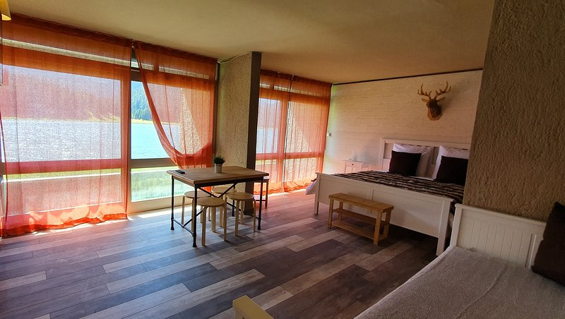 Grande chambre d'hôtes sur le lac de Payolle – semesterbostad i Heches