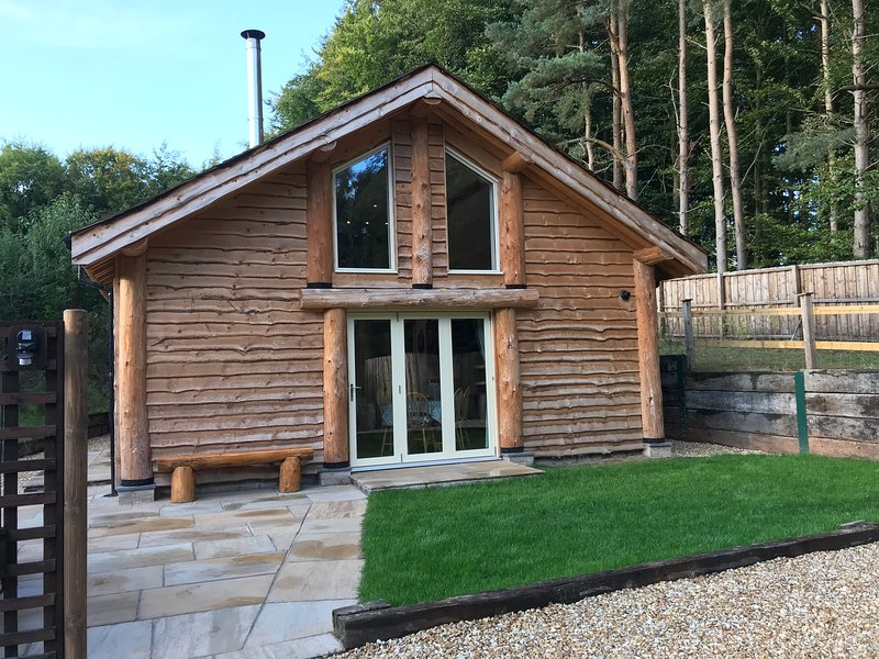 Loxley's Lodge - 3 bed log cabin in the heart of Sherwood Forest, location de vacances à Caunton