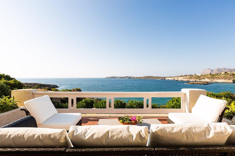 Cape Villa Seaside Escape, few steps away from a private cove and near amenities, location de vacances à Kalathas