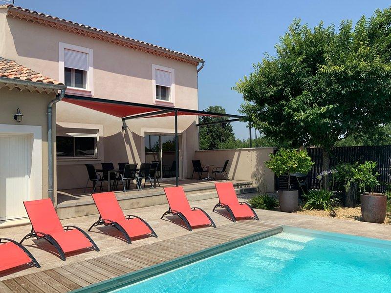 Maison neuve climatisée avec piscine privative, aluguéis de temporada em Camaret-sur-Aigues