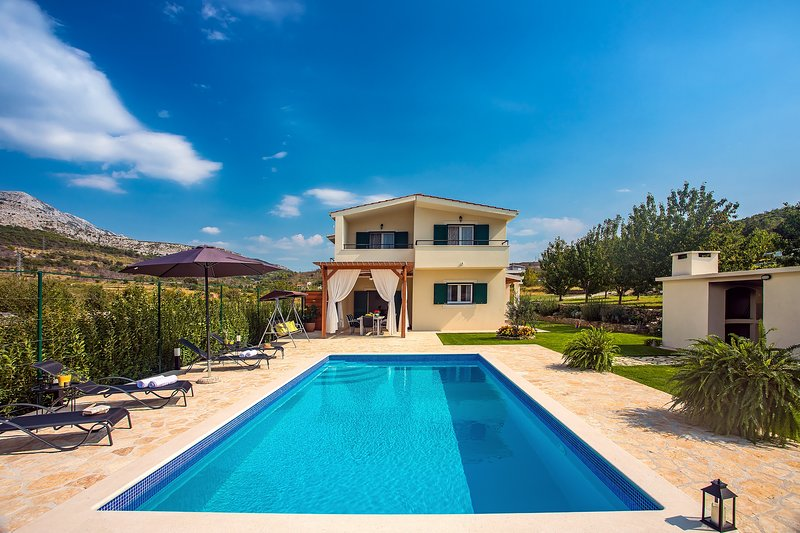 VILLA ROKO with private pool, playground and great surroundings, holiday rental in Tugare