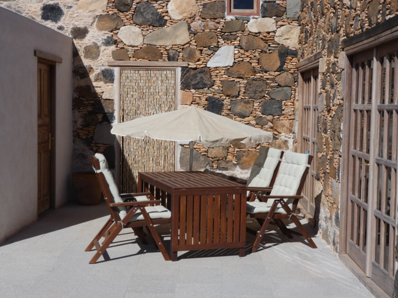 Terraza-Solarium con mesa y hamacas