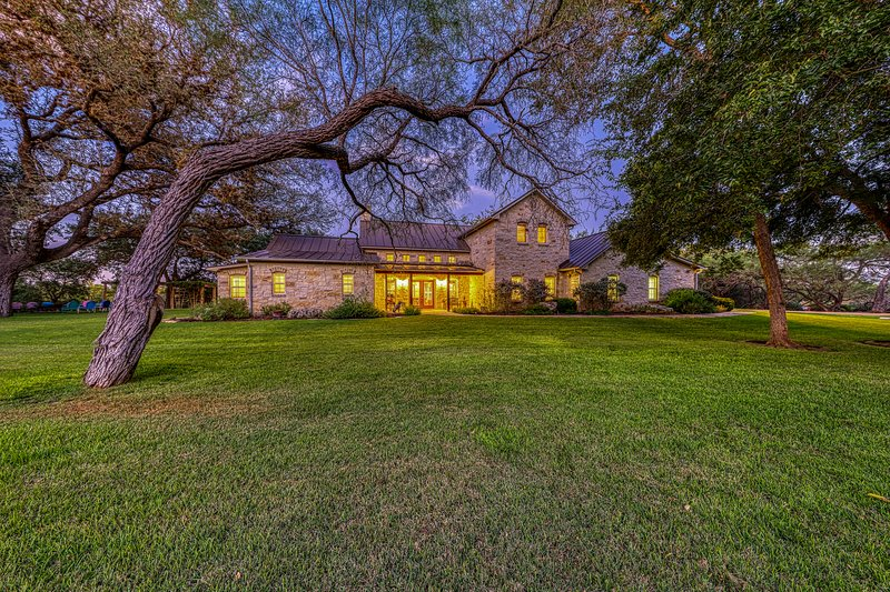 Beautiful luxury wine country riverfront house on the Pedernales - dog-friendly!, location de vacances à Stonewall