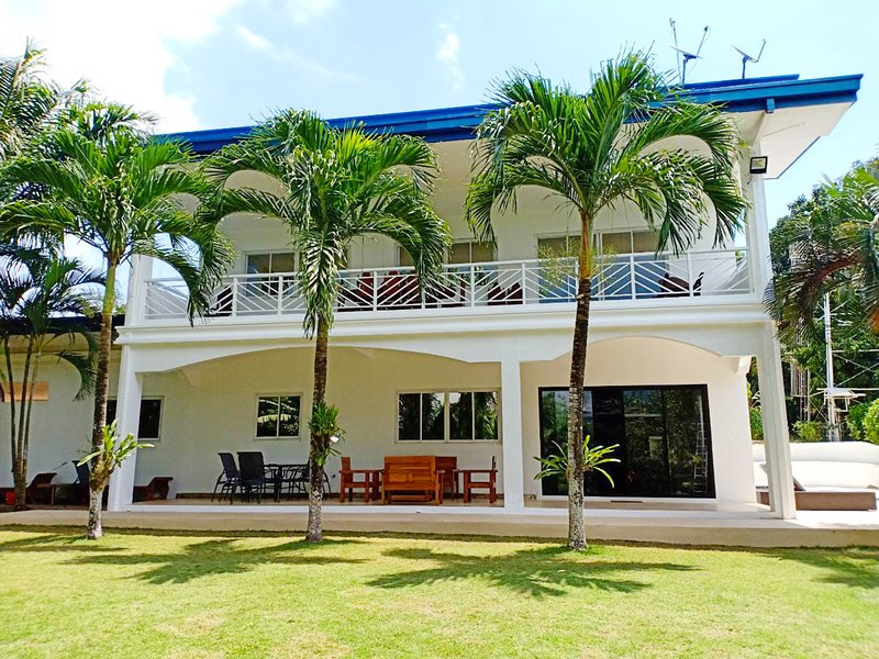 Luxury villa with pool in 3000 sqm tropical garden, holiday rental in Palawan Province