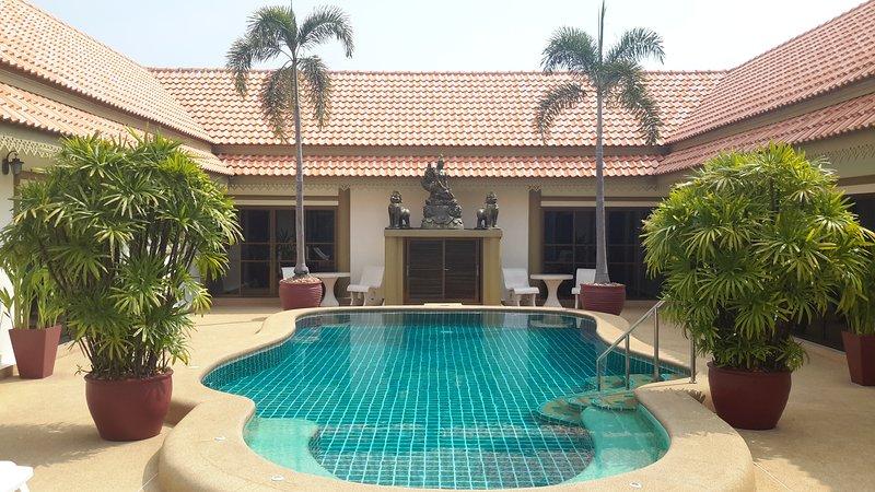 Bang sare large group villa sleeps up to 24, holiday rental in Sattahip