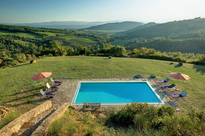 Comando Villa Sleeps 8 with Pool and WiFi - 5604628, vacation rental in Parchiule
