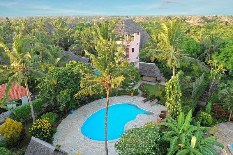 Vista do drone na piscina e torre residencial
