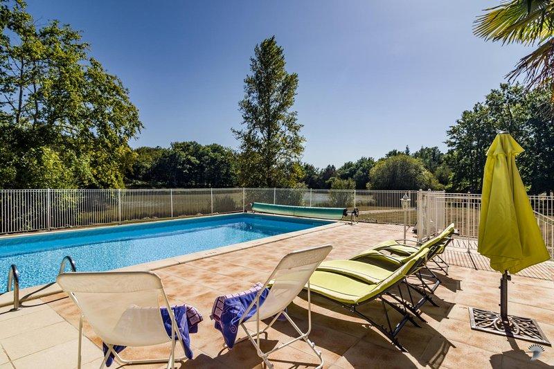 Lussas-et-Nontronneau Villa Sleeps 6 with Pool - 5604579, vakantiewoning in Puyrenier