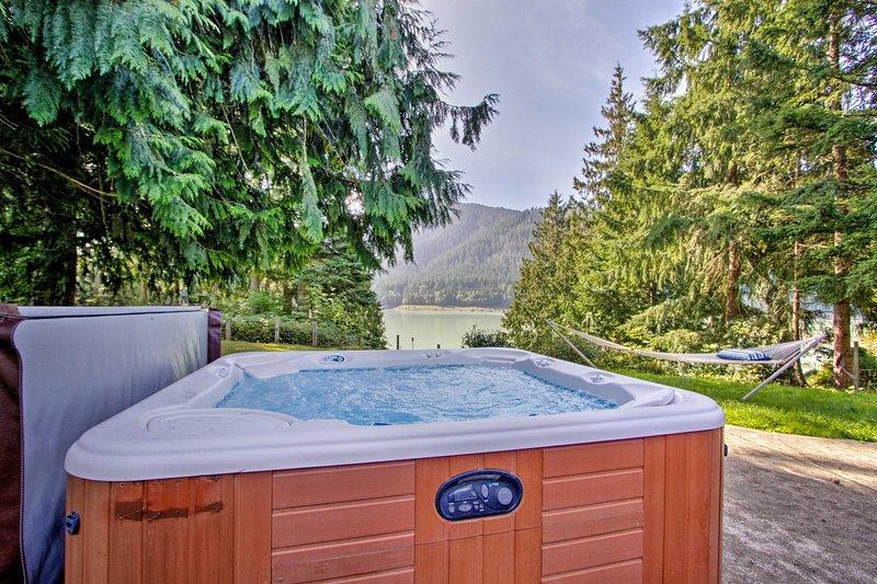 Plongez dans le bain à remous et admirez la vue sur la montagne après une longue journée.