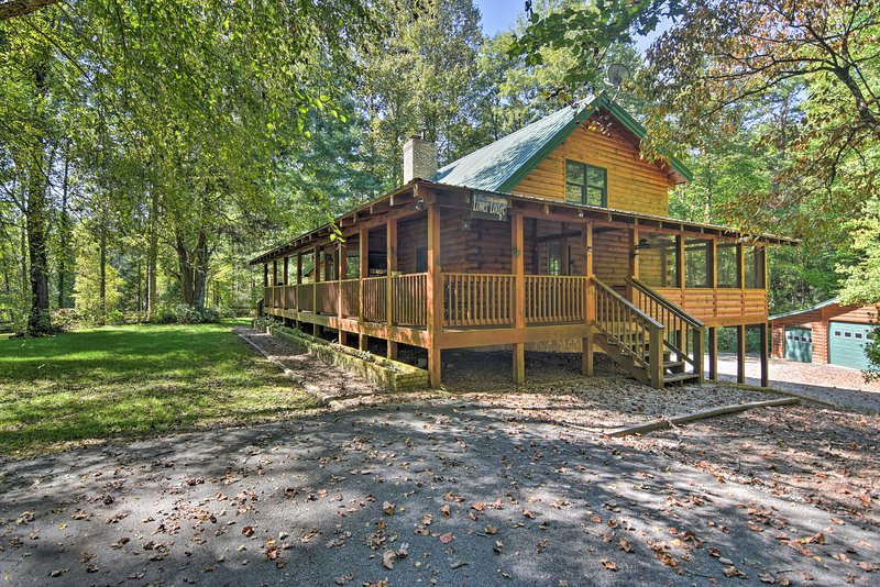 Lodge on 80 Acres w/Hot Tub, 45 Min. to Asheville!, alquiler vacacional en Sunset