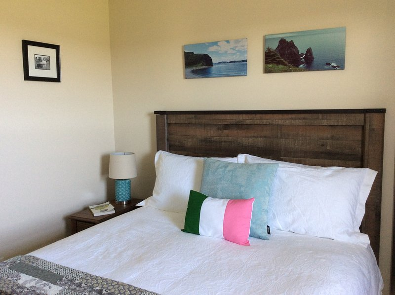 Ellis House Cottage overlooking historic Bonavista, holiday rental in Elliston