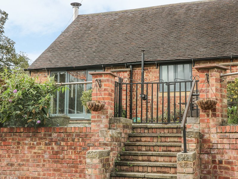 BROOKLEY BARN, pet friendly, luxury holiday cottage, with a garden in Windley, vacation rental in Hulland Ward