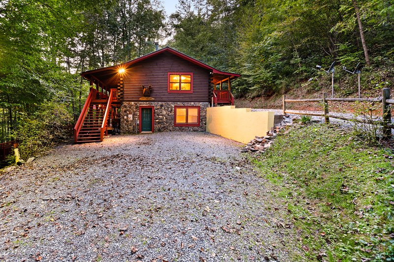 Dog-friendly log cabin w/private deck, firepit, foosball, wood-burning fireplace, casa vacanza a East Laport