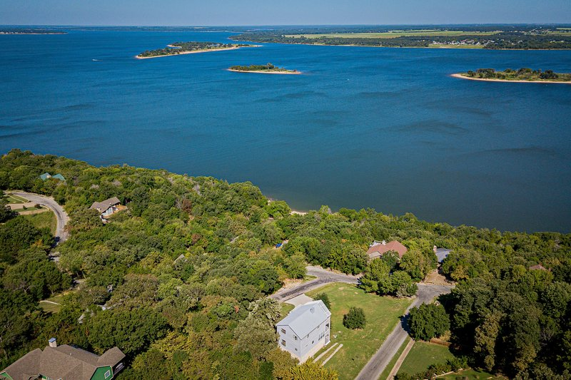 3 STORY HOME WITH THE BEST VIEWS OF LAKE TEXOMA, holiday rental in Pottsboro