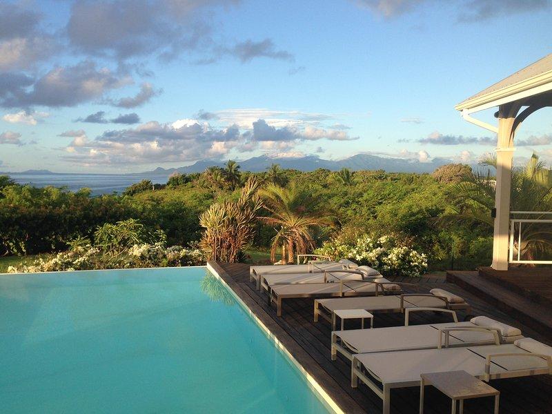 Villa Eleuthera, votre villa 5 étoiles en bord de mer, aluguéis de temporada em Sainte-Anne