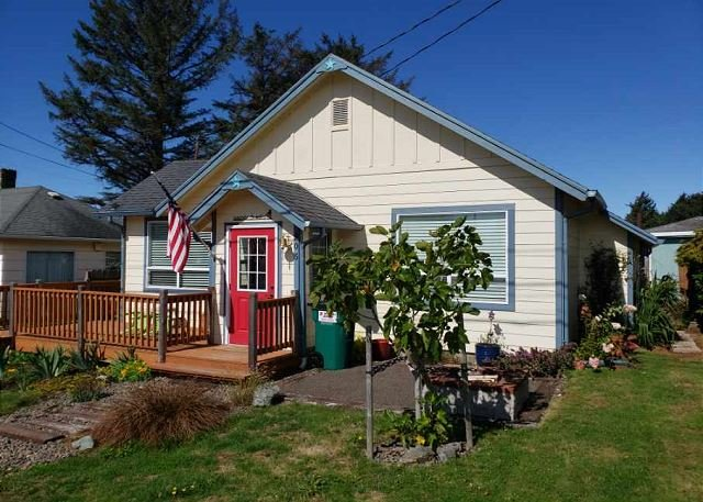 Explore Rockaway Beach from this Cozy Cottage with Beautiful Wood Paneling!, location de vacances à Rockaway Beach