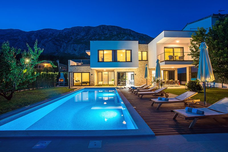 Villa Agava with heated pool, Jacuzzi, sauna, gym, 4 en-suite bedrooms, location de vacances à Zakucac