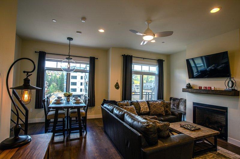 Coin salon avec une cheminée à gaz et une télévision intelligente de 55 pouces. Une télévision Youtube est disponible.