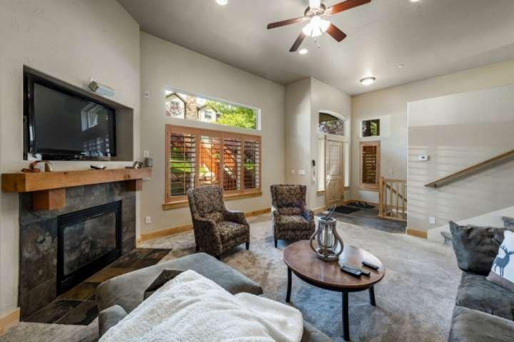 Meubles surdimensionnés, Smart TV, Foyer au gaz
