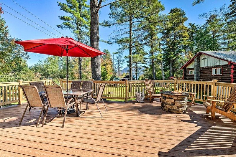 Ce chalet de location de vacances dispose d'une terrasse spacieuse.