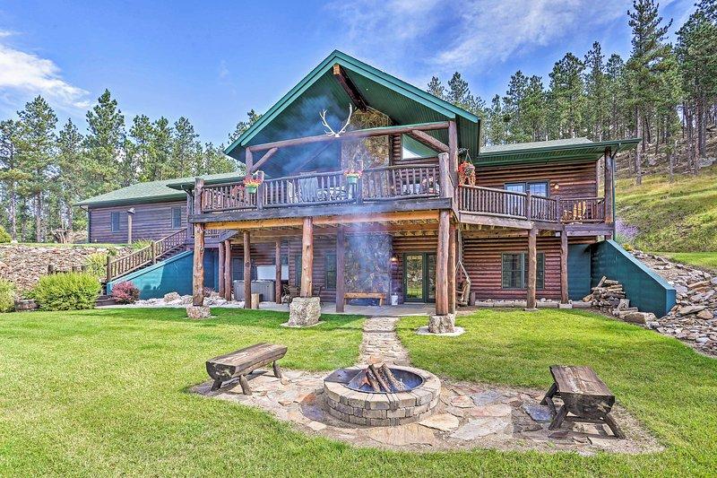 Cette maison de Custer dispose de 6 chambres, 3 salles de bains et d'hébergements pour 19 personnes.