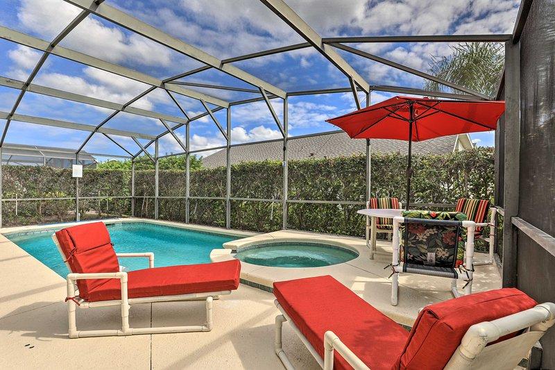 Esta casa se completa con una piscina privada y patio trasero.