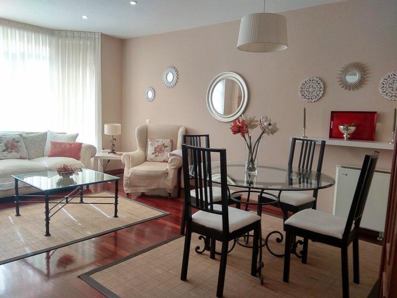 RIBEIRA, VIVIENDA DE USO TURÍSTICO,  céntrica, cómoda con parking y wifi., aluguéis de temporada em Ribeira