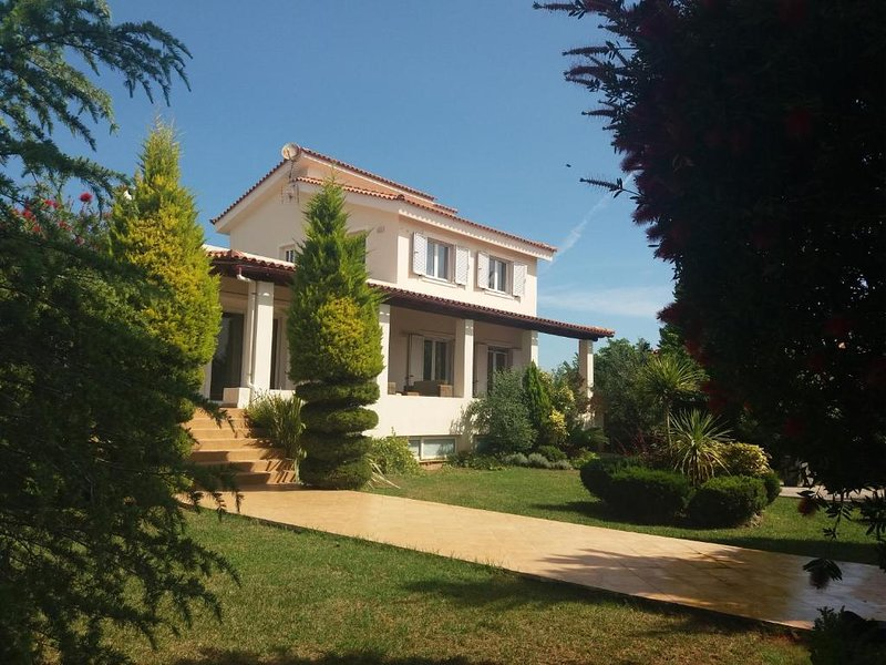 Beautiful Summer villa in Chalkoutsi beach , Oropos EAST ATTICA, location de vacances à Amarynthos