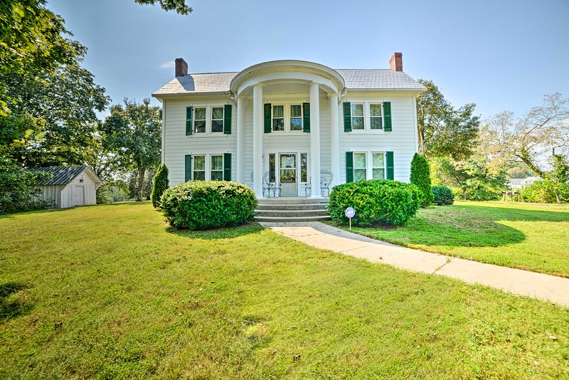 Rural & Historic Estate Home, 12 Mi to Clarksville, holiday rental in Southside