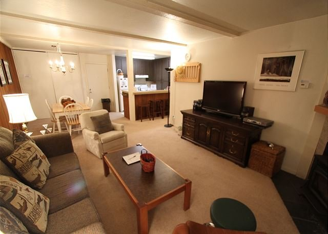 Pet Friendly, Private Balcony, Summer Pool and Tennis Court Onsite, holiday rental in Mammoth Lakes
