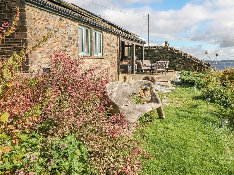 GREYSTONES AT NEWGATE, open-plan, south-facing patio, countryside, near Meltham, holiday rental in Ripponden