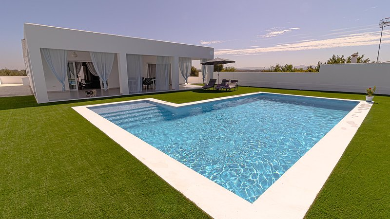Luxury Villa in Mediterranean style between Seville - Cordoba - Malaga, alquiler vacacional en Morón de la Frontera