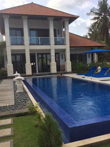 Double bedroom in Villa Katarina at Jasri Beach, location de vacances à Seraya