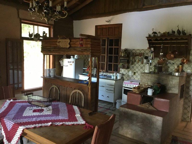 Rancho charmoso ladeado por grande Deck ,ao lado de Cachoeira no pé da montanha, aluguéis de temporada em Monte Verde